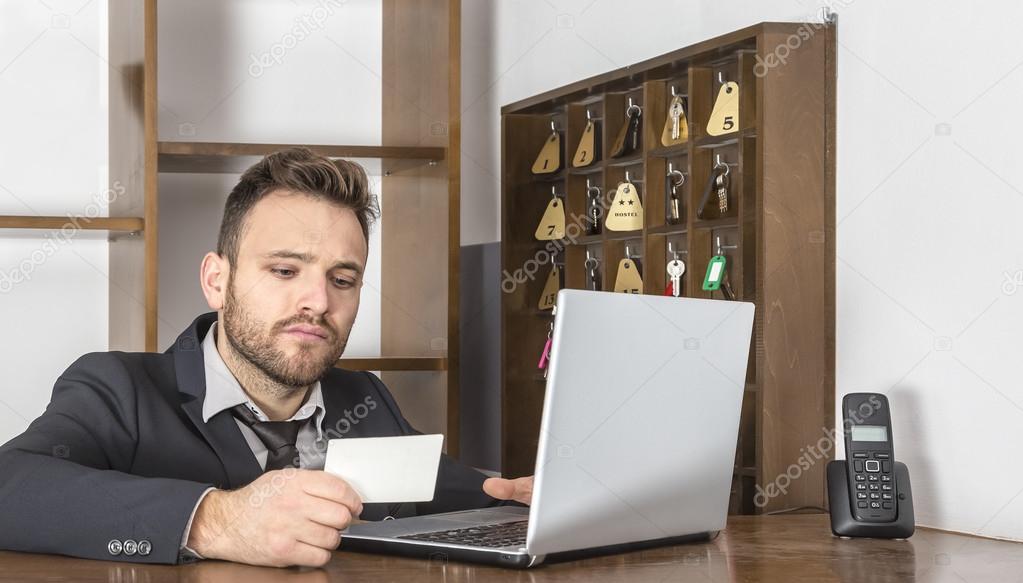 Un réceptionniste de vérification dun document à son bureau