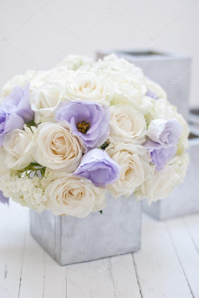 Schönen weißen und blauen Blumen in Silber Vase. Weißem Hintergrund ...