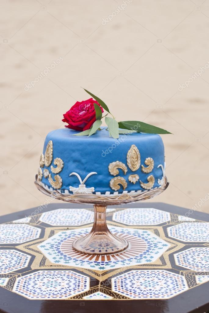 Blaue Hochzeitstorte Auf Einen Tisch Und Rote Rosen An Der Spitze In