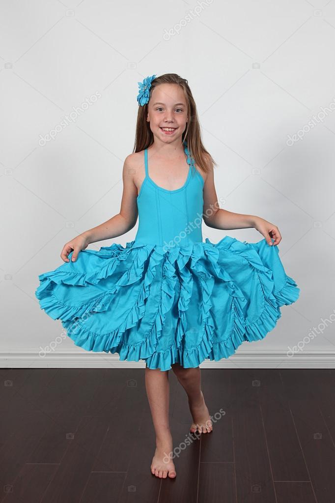 kleines Mädchen Kleid im studio — Stockfoto © melking #53176703