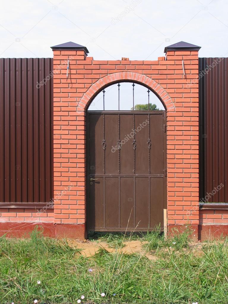 im Zaun mit gemauerten Pfeilern — Stockfoto