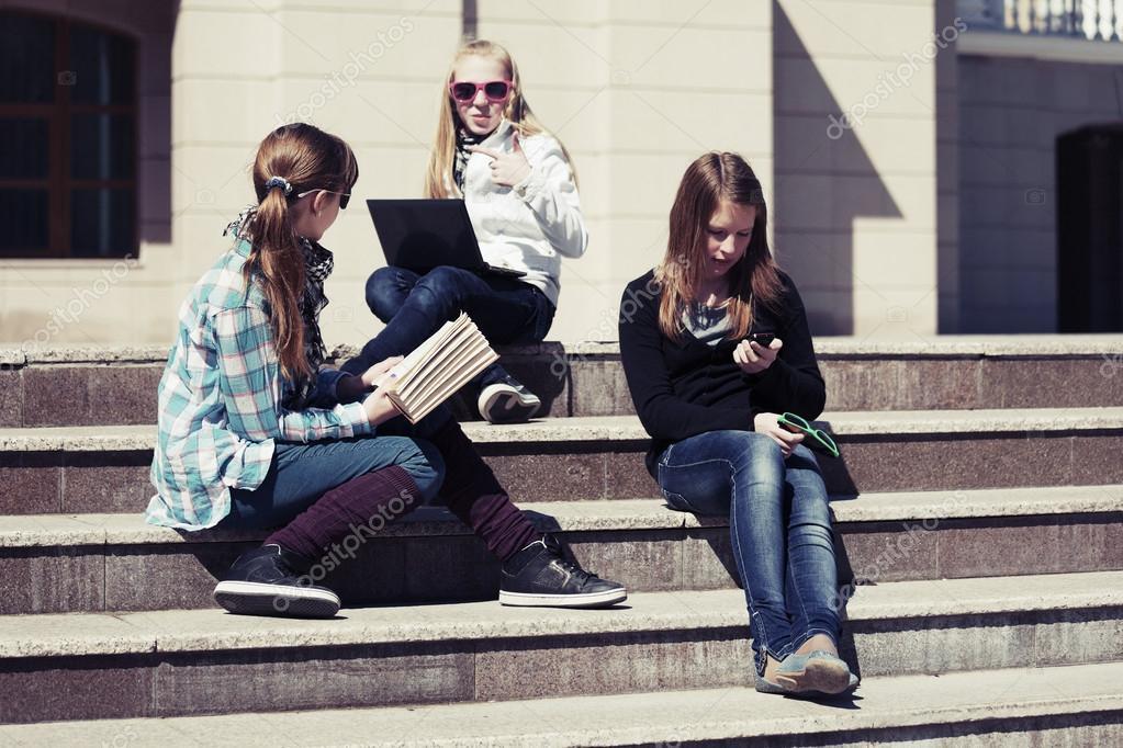 367bc88f8 Colegialas adolescentes en los pasos de campus — Foto de stock ...