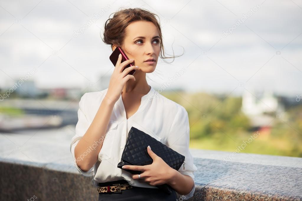 Femme À Appel Avec Sac Jeune Sur D'affaires De Téléphone Mode Main 7gYbf6y