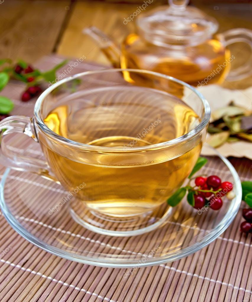 Tee Mit Preiselbeeren Im Glas Pokal Auf Bambus Serviette Stockfoto