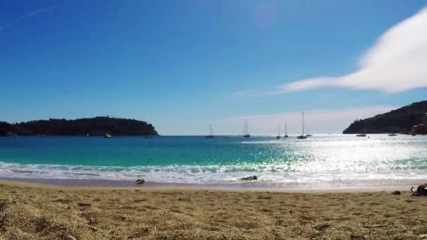 Pohled na Středozemní luxusní letovisko a záliv