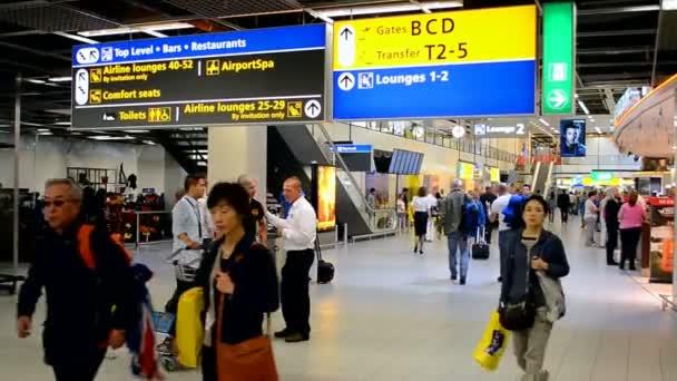 Dav cestujících uvnitř Amsterdam Airport Schiphol, Amsterdam, Nizozemsko