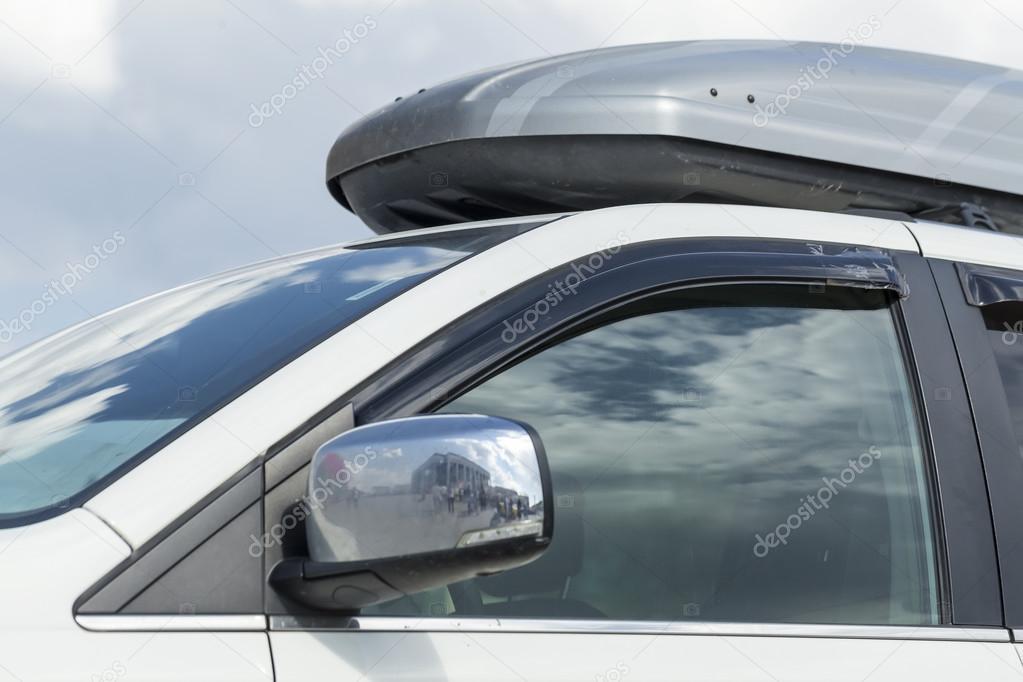 koffer auf dem dach der kofferraum eines autos stockfoto olegmalyshev 109410614. Black Bedroom Furniture Sets. Home Design Ideas