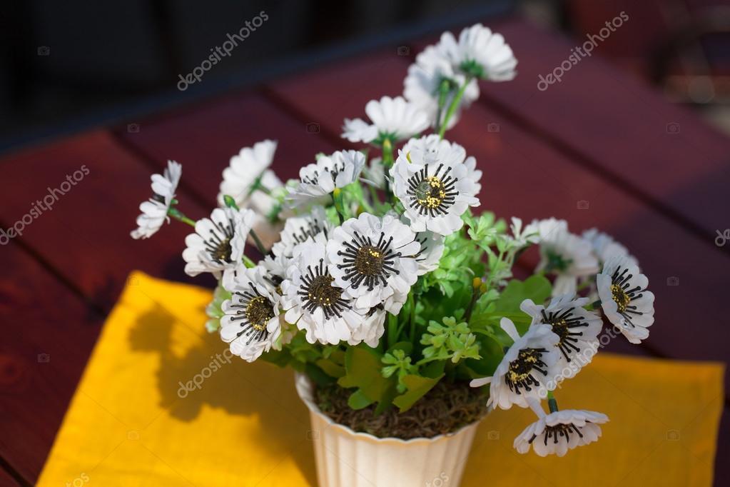 Schöne weiße Blumen im Topf — Stockfoto © OlegMalyshev #63667887