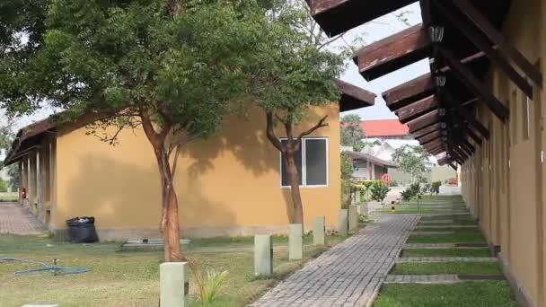 Villa des Hotels an einem tropischen Ort