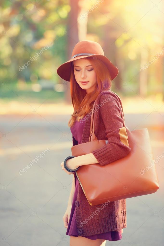 Рыжая девушка модель на лугу фото 745-618