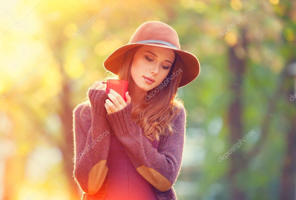 Рыжая девушка модель на лугу фото 745-274