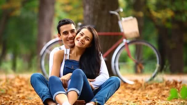 Teen pár s retro kolo líbání v parku v podzimním čase