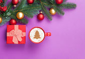 Fotografie cappuccino and christmas tree shape with gift box