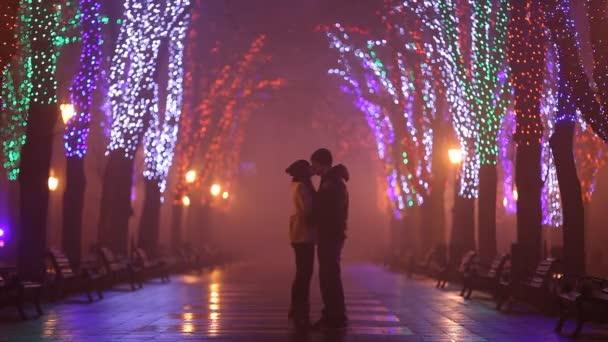 Coppie con valigia baciare al vicolo di notte