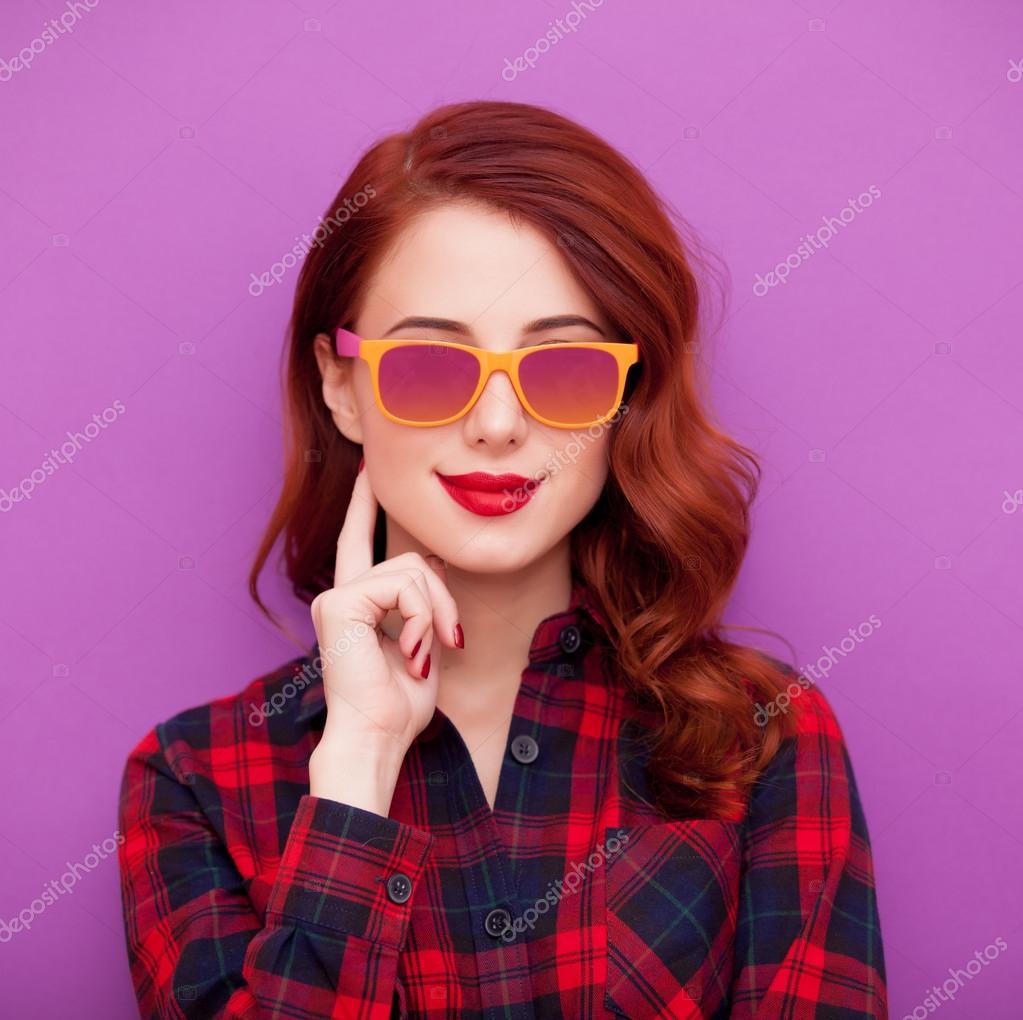 Рыжая девушка в солнечных очках на фиолетовый фон. Картинка  рыжая девушка  — фото автора massonforstock — Фото автора massonforstock 926a744a42e