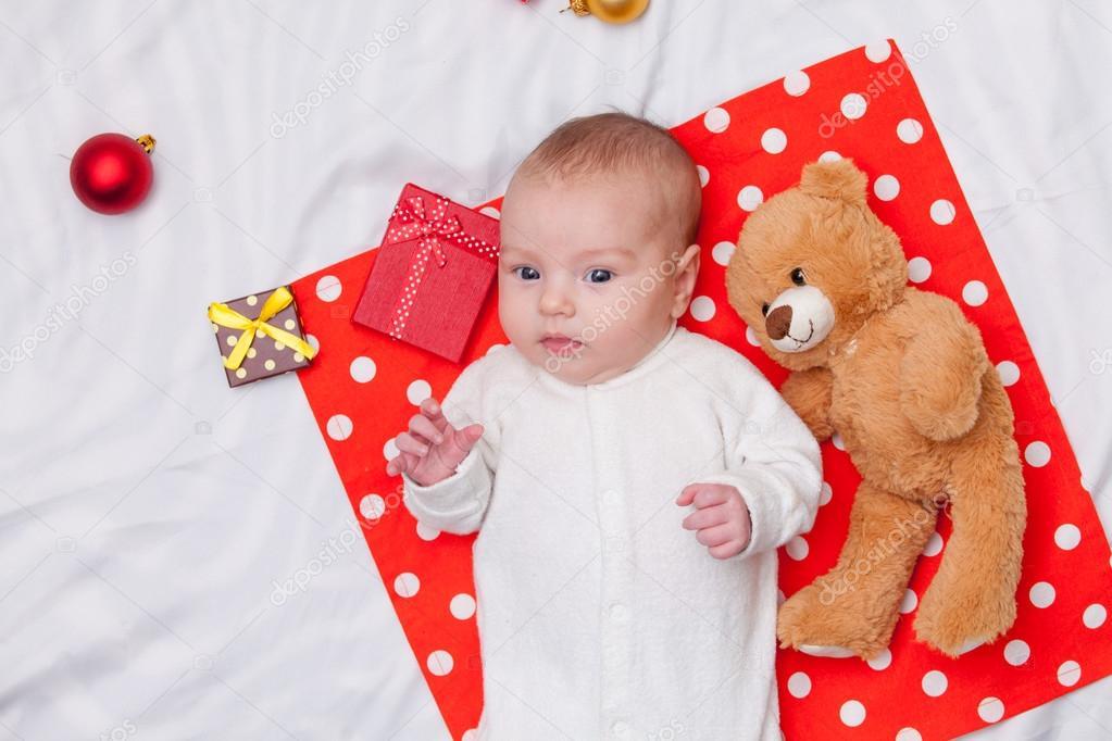 Kleines Baby mit Weihnachtsgeschenke — Stockfoto © massonforstock ...