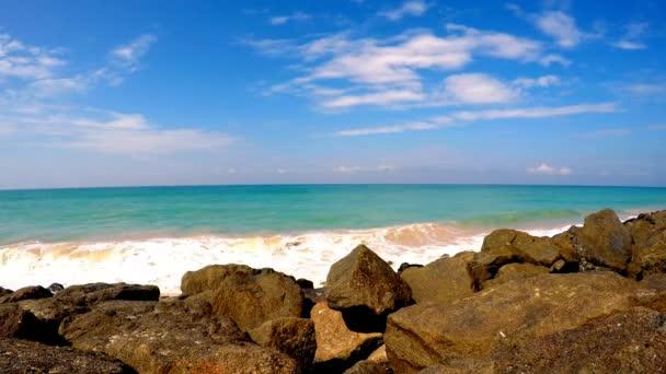Oblázková pláž a vlnité oceán