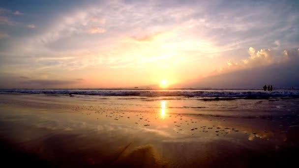 vody oceánu při západu slunce