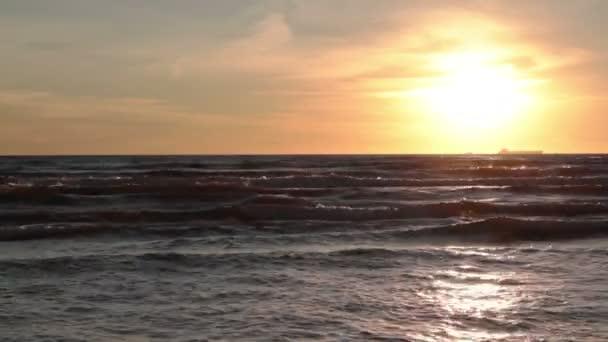 západ slunce nad mořem vlny