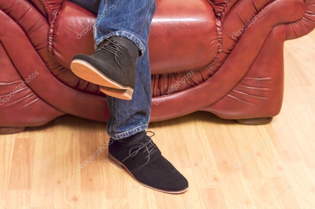 Презентація нових моделей чоловічі замшеві черевики на фоні поблизу  шкіряними кріслами і дерев яні підлоги — Фото від gorvik 57f7012c268bb