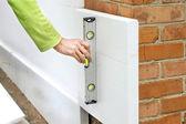 Kontrola rovinnosti zdi pomocí úroveň