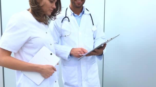 Ärzte vor der Klinik
