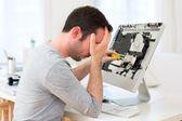 Fotografie junger attraktiver Mann versucht, Computer Reparatur