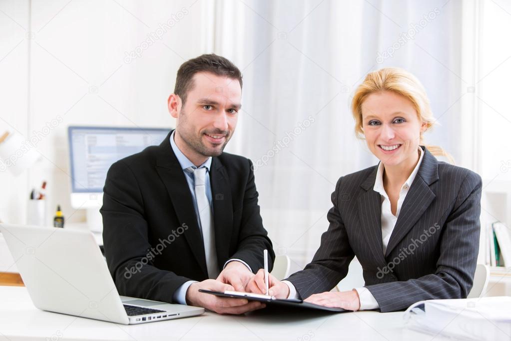 Geschäftsvereinbarung Mann Finalisierung im Büro — Stockfoto ...