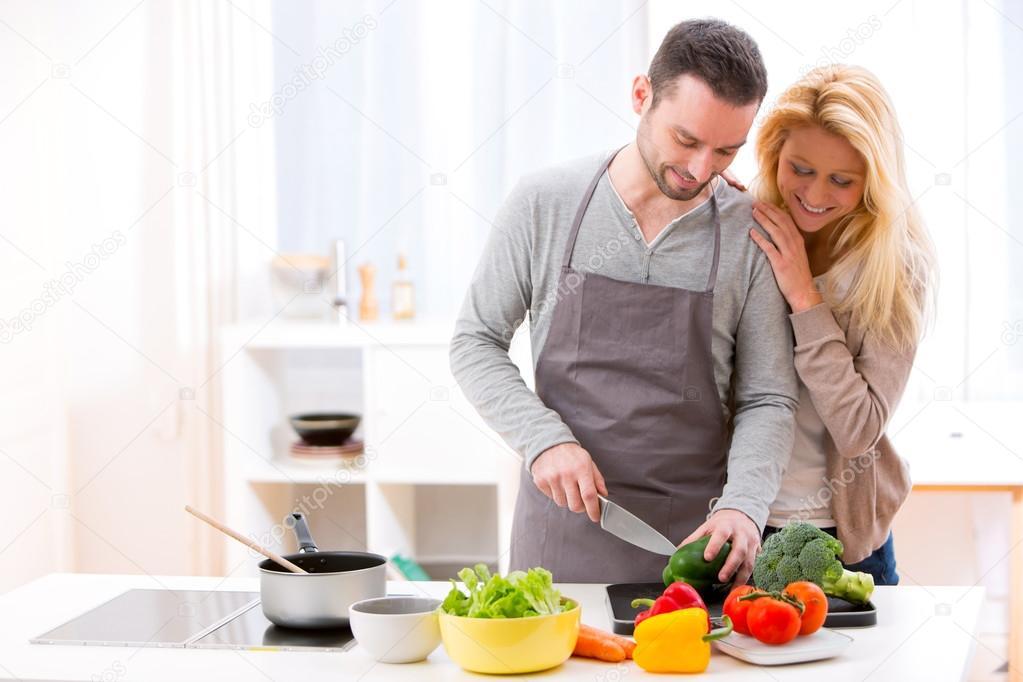 Imágenes Señoras Cocinando Pareja Atractiva Joven Cocinando En