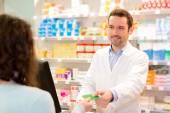 Atraktivní lékárníkem užívat kartu pojištění zdraví