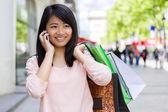 Mladá atraktivní asijské turistické dělá nakupování v Paříži