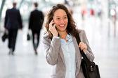 Mladá atraktivní obchodní žena pomocí smartphone