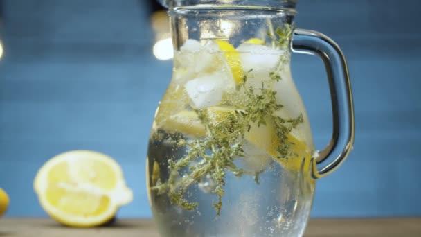 Egy üveg limonádé kakukkfűvel.