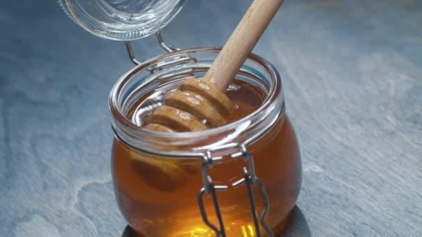 Čerstvý med ve sklenici