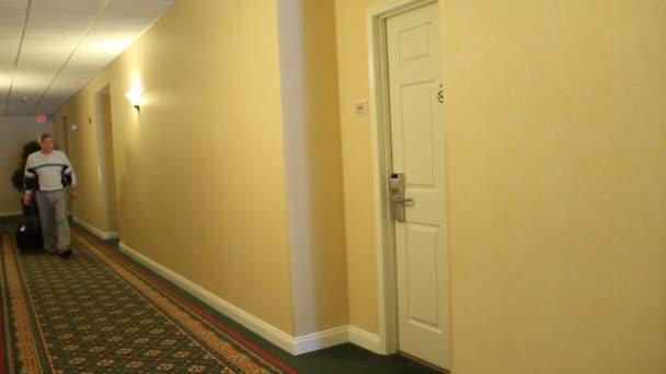 Gast mit einer Schlüsselkarte, die Tür zu öffnen