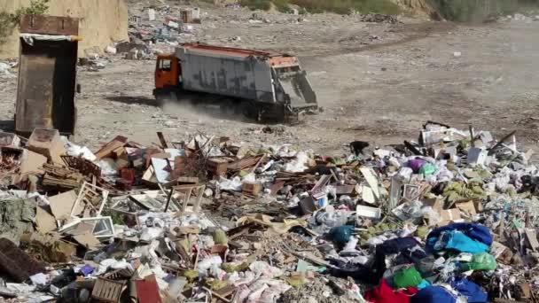 Risultati immagini per immondizia in discarica