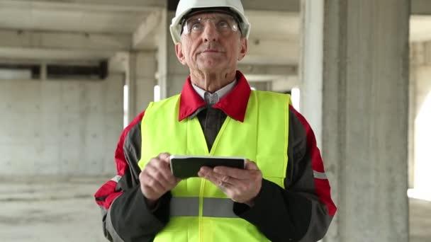 Vedoucí práce s elektronickým zařízením na staveništi