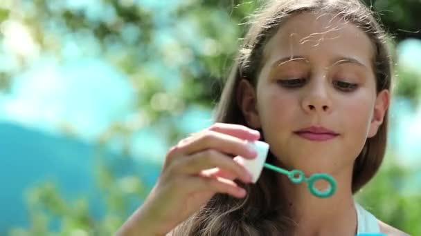 hezká dívka mýdlové bubliny