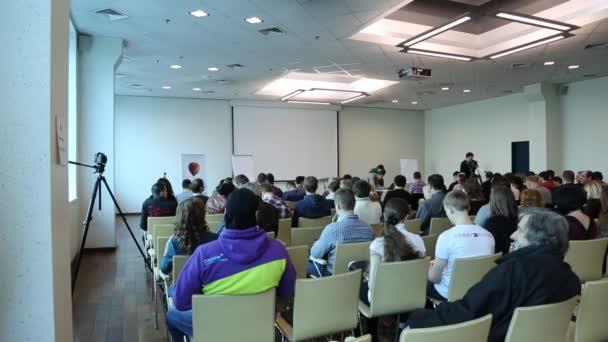 Menschen bei Business-Seminar im großen Saal