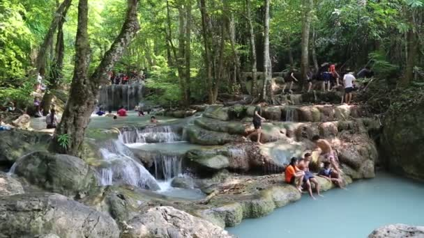 lidé v národním parku erawan a vodopádu erawan v západní Thajsko