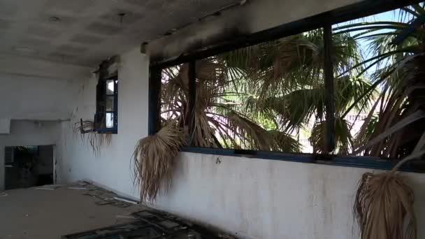 pohled z okna ze zničeného hotelu