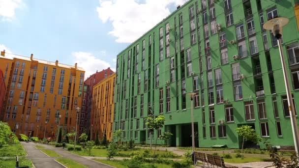 Gebäude mit grünen und gelben Fassaden