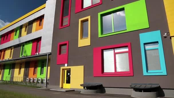 Gebäude mit vielen bunten Fenstern