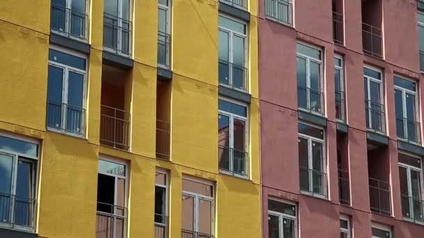 Budova s červenými a žlutými fasády
