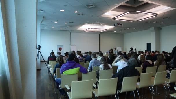 Lidé v sále pro prezentace