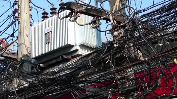 Transformátor a velké množství elektrických vodičů