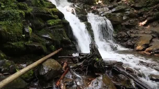 Nádherný vodopád v Karpatských horách