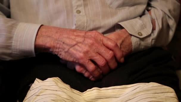 Mani di 93 - anno-vecchio uomo