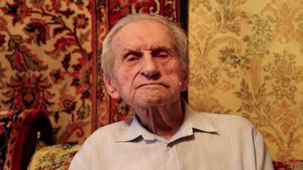 Šedá vlasy 93-rok starý muž