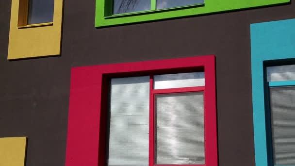 Gebäude mit farbigen Fenstern